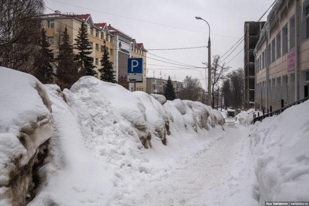 Nahrnutý sneh vedľa chodníka