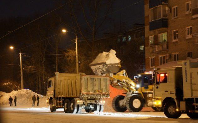 Počas noci odvážajú sneh mimo mesta